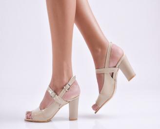 Елегантни сандали на ток бежови еко кожа/лак